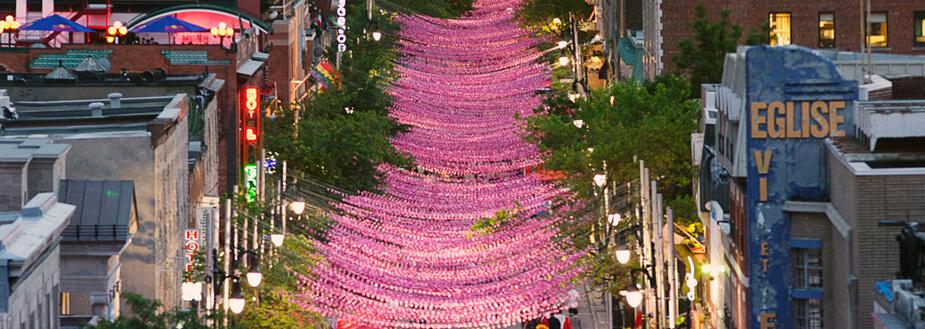 Vue de Village gay de Montréal avec les boules roses
